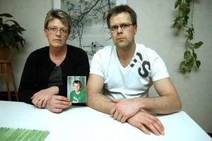 Maja och Mattias Sundqvist, med en bild på sonen Fredrik.