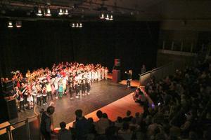 150 elver på scen med olika uppträdanden.