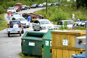 Väntan. Det är många som passar på att besöka återvinningscentralen Mosjön utanför Laxå i under sin semester.