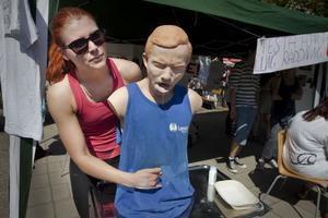 Olivia Mellgren på Torsbergsgymnasiets vård- och omsorgsprogram visade Heimlichmanövern på dockan Charlie.