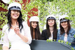 Pernilla Jensen, Erica Norrbom, Moa Backeby och Hanna Edling i lövad studentkärra.