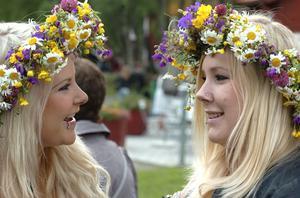 Sandra Björklund och Sandra Svedlund från Göteborg firade midsommar med släkten i Växbo.