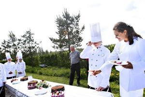 När tårtbuffén skulle serveras hoppade Lisa Hallgren och andra elever på trädgårdsmästarutbildningen in för att hjälpa till. Lisa Hallgren blev lite förvånad när Victoria kom fram och frågade om tårtorna, men kul var det.