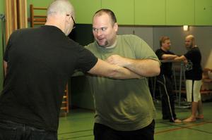 De olika greppen är inte helt lätta att klara av. Rickard Fridlund och Görjan Johansson övade flitigt.