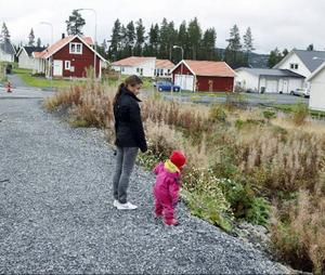 """""""När Sånghusvallen är klart kommer det att finnas 100 villor här. Nästan alla kommer att bebos av barnfamiljer. Då ska det självklart även finnas en lekplats"""", säger Isabell Hemmingsson, här med dottern Isabell. Foto: Jan Andersson"""