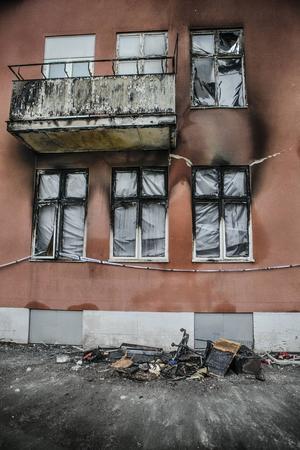 En lägenhet blev helt utbränd och tre rökskadades vid branden.