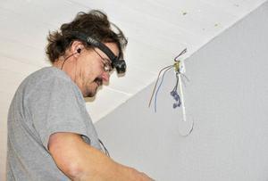 I SCA:s lokal finns elektrikern Mikael Selin uppflugen under taket för att fixa det sista av renoveringen.