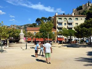 Boule är populärt i hela Provence, som här vid torget i Cassis vid Franska Rivieran.