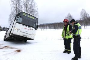 När bussen skulle backa ut från en hållplats nära Hagge golfbana började den glida och hasade ned i diket på andra sidan vägen.