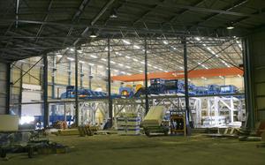 Man har fått höja taket på den stora industribyggnaden för att få plats med det nya sågverket.
