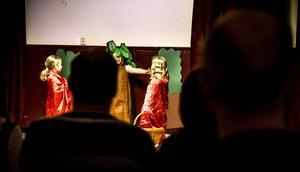 Det talande trädet, som spelades av Ylva ger goda råd till rödluvorna.