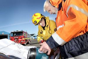 Insatsledare Gunnar Lööf och brandchefen ombord, Enar Arvidsson, går igenom ritningarna över båten.