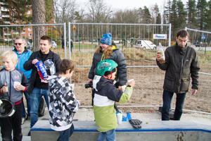 Barnen och ungdomarna vid skateparken bjöds på läsk och popcorn.