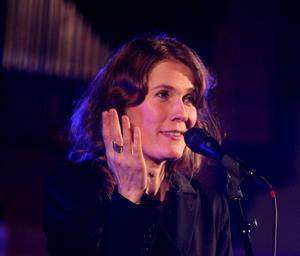 Irma Schultz Keller tolkade Joni Mitchell i Skutskärs kyrka.
