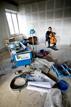 Mats Levin med sin cello mitt i ombyggnadsröran.