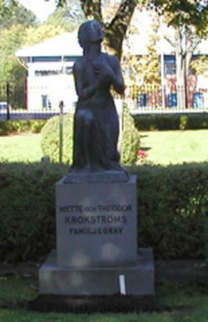 STULEN. Skulpturen föreställande en knäböjande kvinna är nu borta.