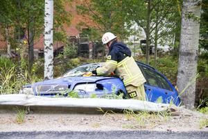 En bil körde ner en lyktstolpe efter att ha kört ett 70-tal meter i diket på väg nedför Granbergsbacken.