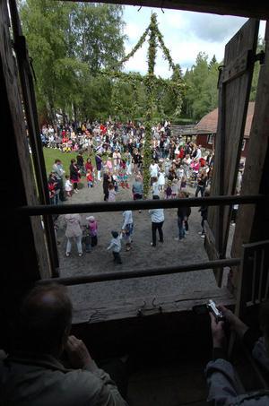 Inifrån och ut kunde det ut så här vid midsommarfirandet i Växbo.