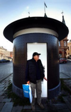Har lättat på trycket. Men Ingvar Jacobssons kasse fick stå på det skitiga golvet.
