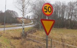 Ute på gamla Ludvikavägen gäller 50 kilometer i timmen om man åker mot Rågåker. Foto: Roland Engvall