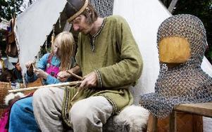 """""""Vikingarna"""" Micke och Anna-Karin Johansson visade att man kan tillverka nyttogrejer med lite händighet och fantasi. Foto: Peter Ohlsson/DT"""
