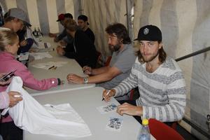 Victor Hedman, Tampa Bay, och nyligen utsedd till Sveriges bästa hockeyspelare när han fick guldpucken skrev autografer med Peter Forsberg.