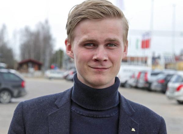 – Det finns många frågetecken kring kommunens rekrytering av chefer till två avdelningar i den nya organisationen, säger oppositionsrådet Victor Ericsson.