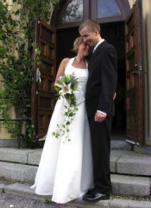 Catrin Berglund och Markus Elvinsson, Sundsvall, vigdes i Skönsmons kyrka den 23 juli. Vigselförrättare var Elon Elvinsson. Brudparet antar efternamnet Elvinsson.Foto: Gunnar Berglund/GBild