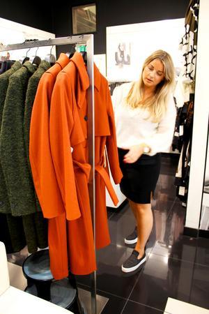 Höstens färger är bland annat rödbrunt och skogsgrönt. Sofia Wallin på Front Row i Västerås visar några modenyheter. Här kappor från Whyred.