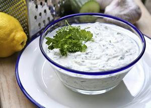 Tsatsiki ska vara frisk i smaken. Använd inte alltför fet yoghurt och skruva gärna upp smaken med rivet citronskal.   Foto: Dan Strandqvist