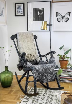 Gungstolen hittade Lina Lindbladh i en second hand-affär i Göteborg för tio år sedan och den gröna damejeannen är från en loppis i Norrtälje.