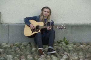 Moa Lignell sitter trygg med enbart egna låtar. I kväll spelar hon dem i Gävle konserthus.