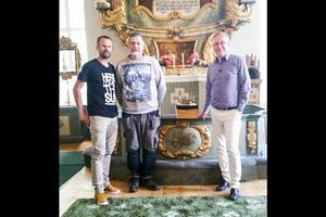 Stefan Holm tillsammans med Mats Hansson, vaktmästaren i  kyrkan när tv-teamet besökte Lillhärdal i somras för inspelning.