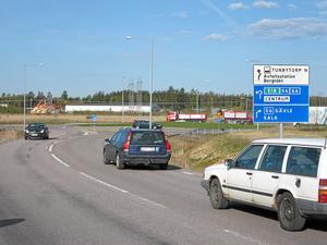 Lättare utfart. Problemen med att svänga vänster från Åsenlundsvägen ut på 56:an gör att många kör genom Hökåsen och ut vid rondellen.