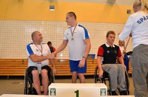 Här gratuleras Forsman av världssimmaren Anders Olsson, som var tvåa på 100 meter bröst, är på väg tillbaka efter en axelskada.
