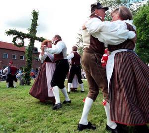 Folkdräkterna som vi är vana att se dem. Här är det midsommardans vid Södertull.