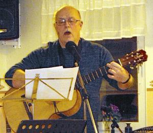 """Jan """"Post-Janne"""" Johansson underhöll med musik, sång och roliga berättelser när PO Grytnäs höll medlemsmöte."""