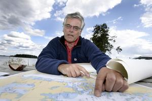 """Varning. Storsjön är en grund sjö med mycket sten, dessa är utmärkta på sjökortet med ett X. """"Se upp för grunden"""", varnar Lars Möller."""