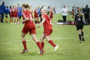 Sara Noteby kunde inte hålla sig för skratt efter Tilde Mathiassons märkliga mål för Alnö IF.