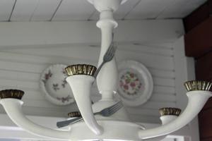 Den annorlunda ljuskronan är gjord av loppisfynd.