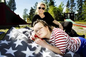 Lisen Olsson och Maria Lindell låg på en filt i gräset och hade det skönt i solskenet.