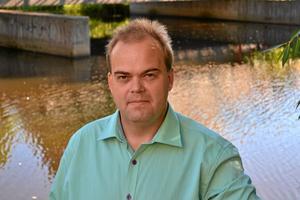 Fredrik Persson (MP): – Det måste finnas byggbar mark i och utanför Örebro. Öbo och andra aktörer ska erbjudas möjligheter att bygga på tomma tomter i nya lägen och centralt på parkeringsplatser och tomma industritomter. De som bygger energi- och klimatsmart ska få göra det till rabatterat markpris. Alla som vill ska få bo i Örebro.