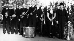 Bleck Velvet 2009: Andreas Lundström, trumpet, Paul Ludwig, trumpet, Simon Paulsson, trombon, Desirée Olsson, trombon, Fredrik Ståhl, tuba, Fredrik Longeuville, slagverk och  Örjan Andrée, ess-althorn.