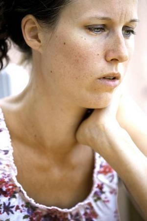 Zandra Ejdersten, just nu föräldraledig med dottern Lykke, trodde att de självskadande kvinnornas upplevelser av vården skulle vara positivare.Vården har mycket att lära när det gäller att ta hand om unga som skadar sig själva konstaterar sjuksköterskan Zandra Ejdersten.