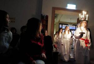 Här kommer Norra skolans lucia Ebba Wiklund med tärnor och stjärngossar till Pingstkyrkan i Östersund för traditionsenligt luciafirande.