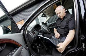 Årets företagare i Askersund 2009. Bo Strömberg började jobba heltid i sin egen bilfirma Bo Bilriktning 1985. När han flyttade till Åsbro satte han namnet Bosse Bil på verksamheten, eftersom alla kallade honom så ändå. Företaget har dock det gamla namnet kvar rent juridiskt.