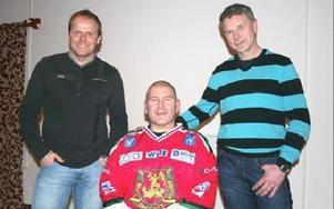 ENTISUIASMERANDE. Anders Olsson föreläste för Mora IK:s hockeyspelare med lagkaptenen Greger Artursson och  tränaren Harald Lückner.Foto: MÅRTEN LÅNG