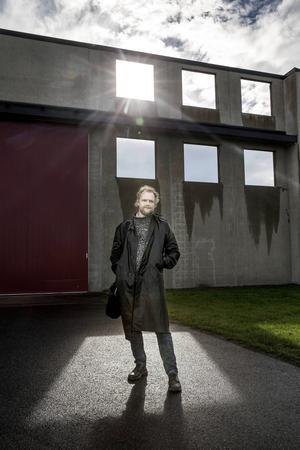 Här i den gamla flygplanstvätten på Frösö Park invigs den nya konstarenan Lat.63 lördag den 3 oktober. Bakom vision och förverkligande står konstnären Andreas Brännlund från Härnösand.