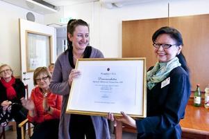 """Certifikat. Elisabeth Svensson, gruppchef på Stigslunds demensenhet tog emot certifikatet från Silviahemmets rektor Margareta Skog. """"Det som skiljer en certifiering från ett diplom är att man skickar alla. Ni kommer att kunna dela erfarenheter och prata med varandra på ett helt annat sätt än när man skickar bara två"""""""