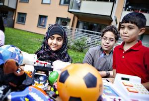 LOPPIS. Syskonen Dunnya, Mohannad och Khaled Salem passade på att sälja några av sina leksaker.